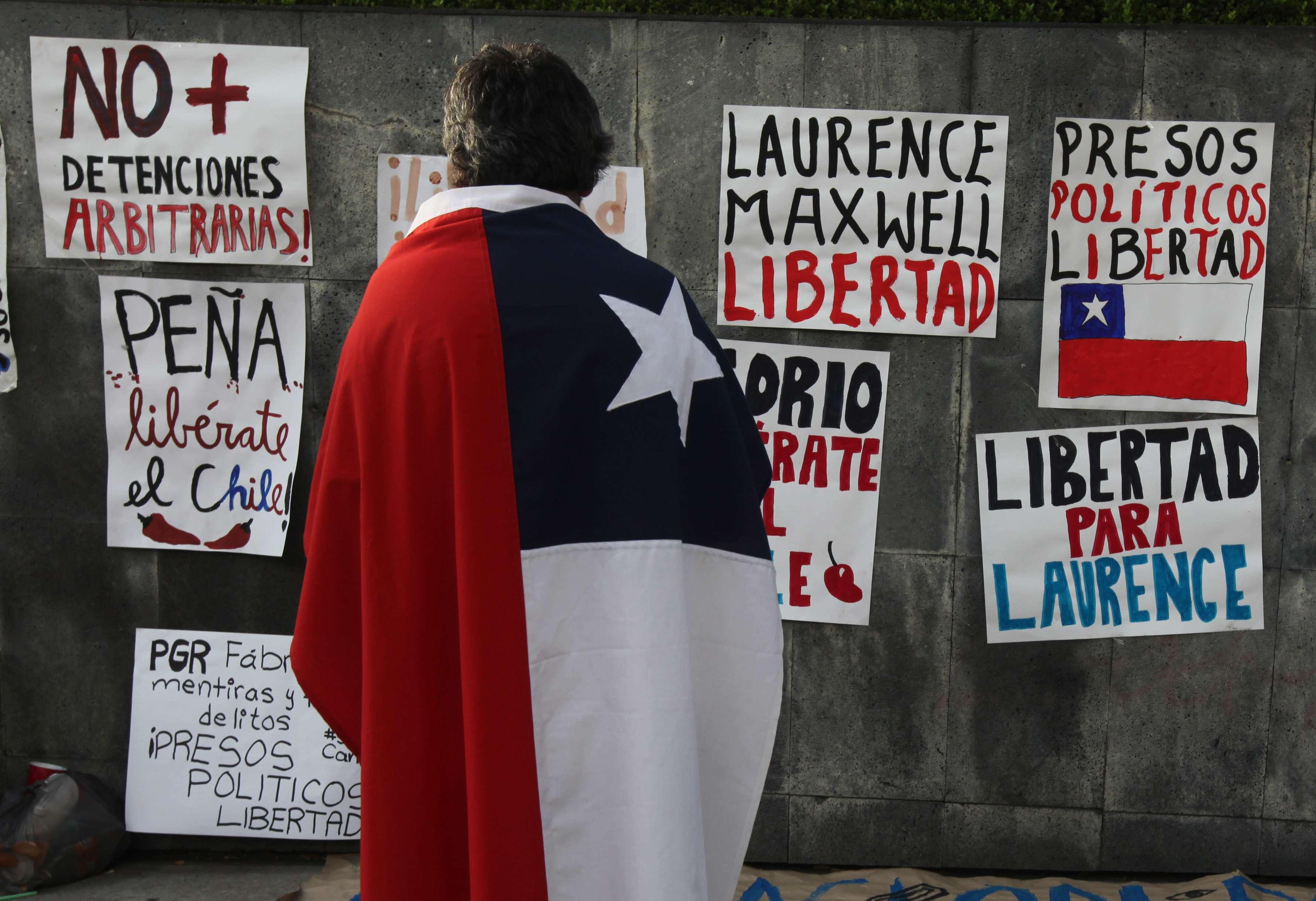 Protesta frente a la oficina del fiscal general en México DF, el sábado 22 de noviembre de 2014, que exige la liberación de estudiantes arrestados dos días antes en las marchas por los 43 normalistas. Foto: Reuters en español