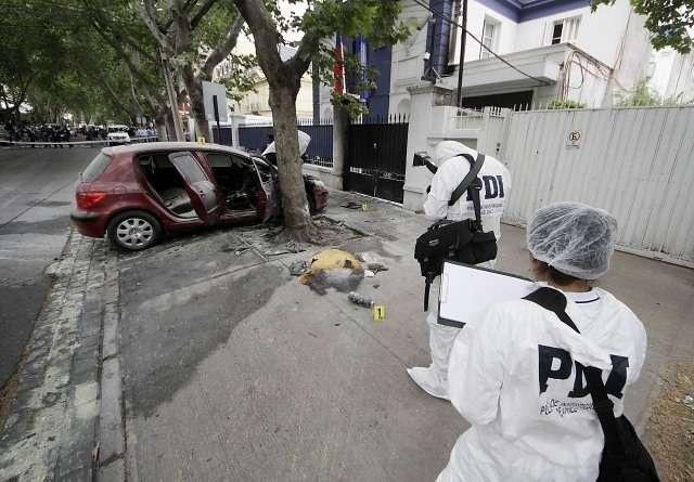 Peritos del Lacrim realizan peritajes tras el ataque a un automóvil en el Cuartel de la PDI ubicado en calle Condell. Foto: Agencia Uno