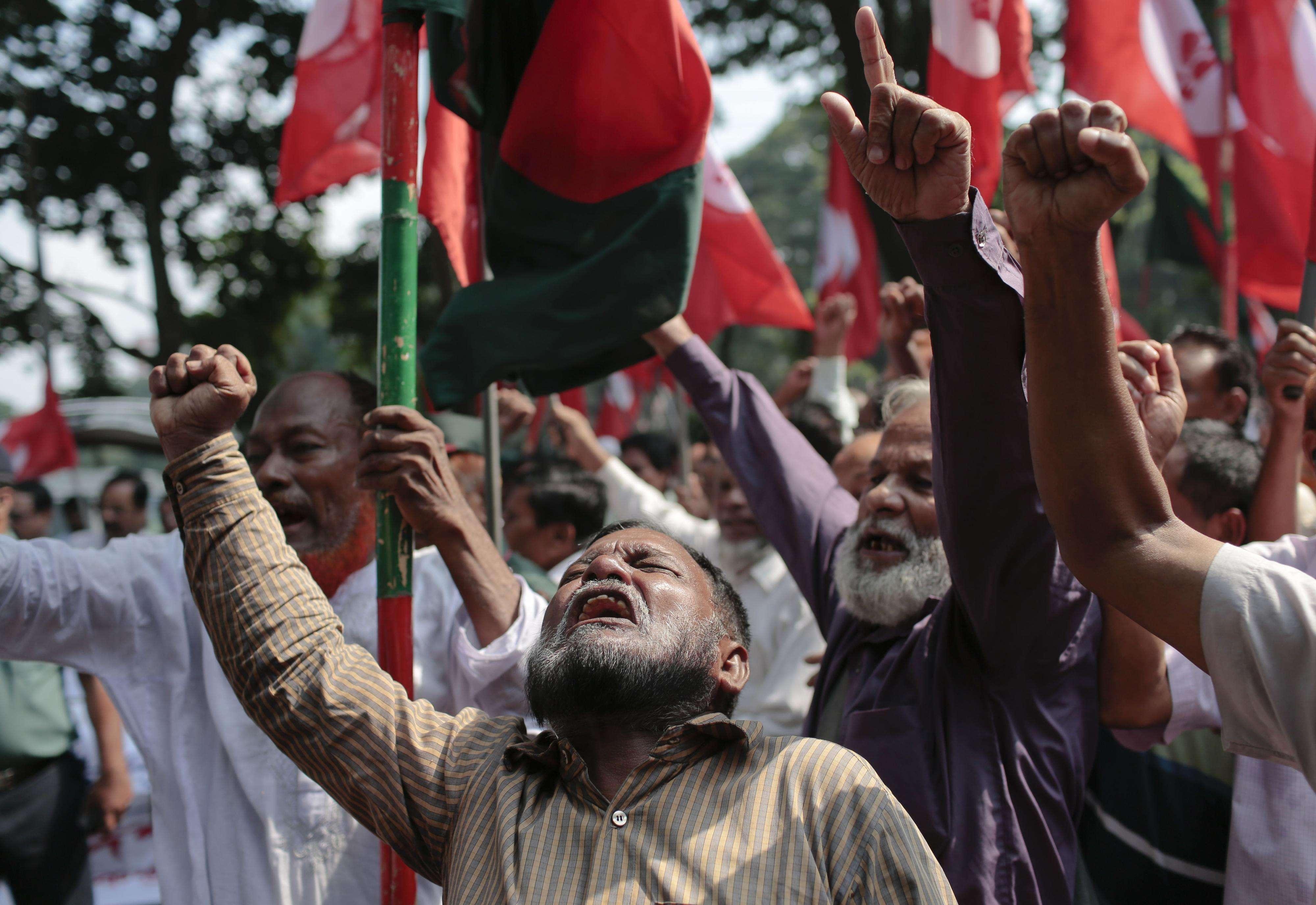 Activistas gritan consignas exigiendo castigo para los culpables de crímenes de guerra afuera de un tribunal en Dhaka, el 02 de noviembre del 2014. Foto: AP en español