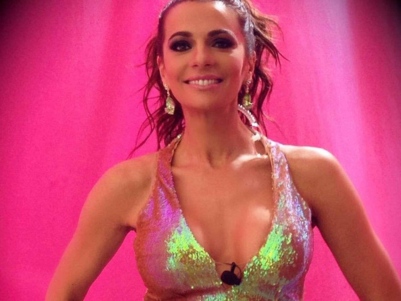 Cecilia Galliano envió besos al presumir su look para segmento de 'Sabadazo': 'La Tos México'. Foto: Instagram.com/ceci_galliano