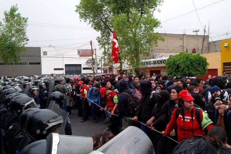 El 20 de noviembre, un grupo de encapuchados se enfrentó con granaderos cerca del AICM Foto: Benito Jiménez/Reforma
