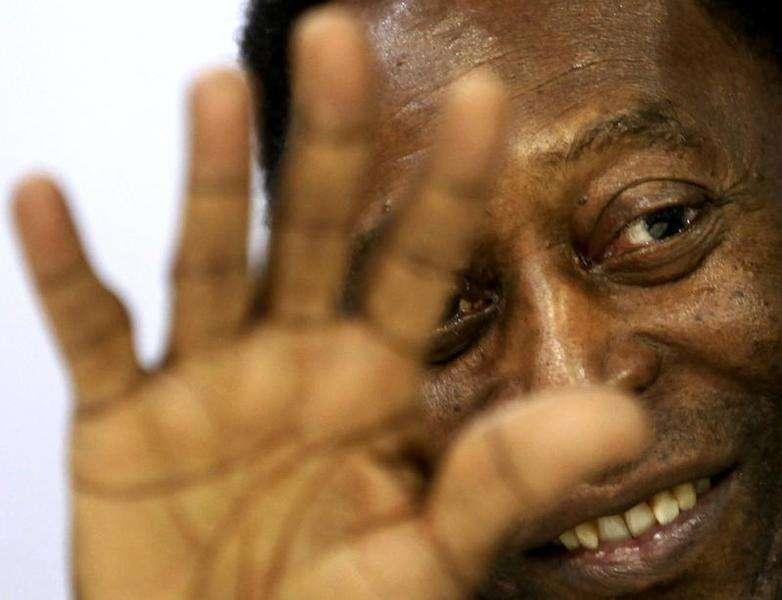 O ex-jogador Pelé acena durante um evento promocional em São Paulo, em maio. 23/05/2014 Foto: Paulo Whitaker/Reuters