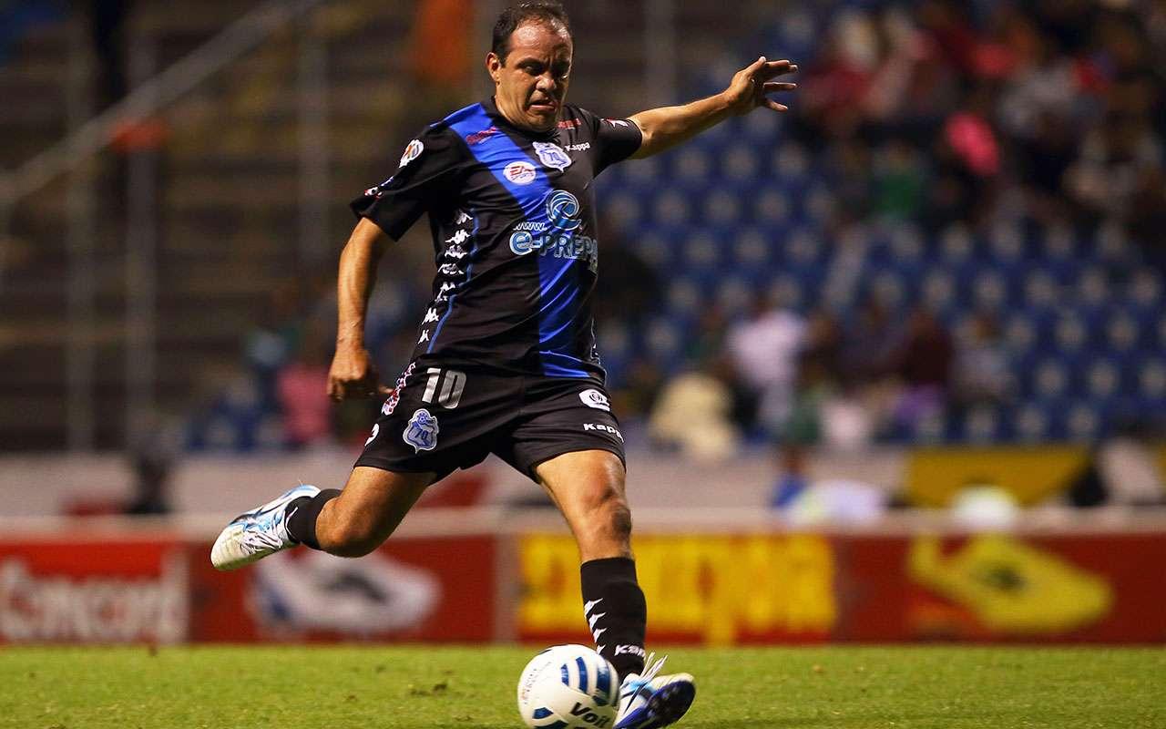 Cuauhtémoc Blanco se apuntó un doblete para rescatar el empate de Puebla 3-3 ante Santos Laguna. Foto: Mexsport