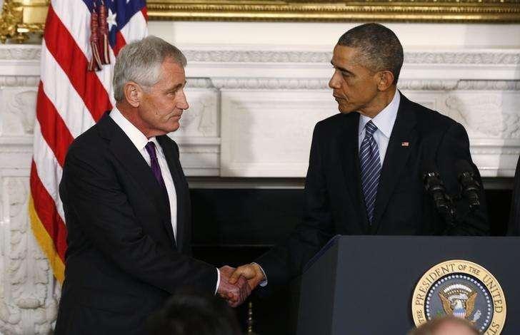 O presidente dos EUA, Barack Obama (direita), cumprimenta o secretário de Defesa, Chuck Hagel, após anunciar a renúncia de Hagel, em Washington, nos EUA, nesta segunda-feira. 24/11/2014 Foto: Larry Downing/Reuters