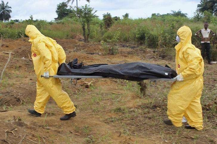 Profissionais de saúde levam corpo de pessoa que morreu devido ao vírus Ebola em Fretown, Serra Leoa. 21/10/2014 Foto: Josephus Olu-Mamma/Reuters