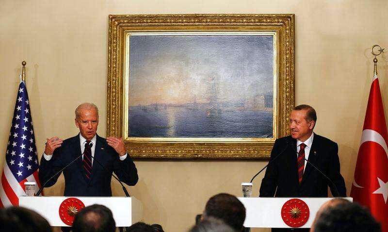 O vice-presidente dos EUA, Joe Biden (esquerda), e o presidente da Turquia, Tayyip Erdogan, concedem entrevista coletiva no Palácio Beylerbeyi, em Istambul, na Turquia, no fim de semana. 22/11/2014 Foto: Murad Sezer/Reuters