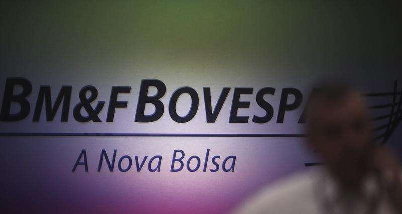 Homem fala ao celular com o logo da BM&FBovespa ao fundo, em São Paulo. 07/10/2013 Foto: Nacho Doce/Reuters
