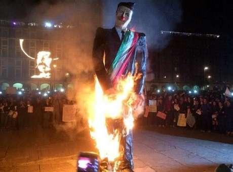 """20 de noviembre.- """"Nos faltan 43 y nos sobra Peña"""", gritaron los asistentes a las marchas en apoyo de Ayotzinapa que finalizaron en el zócalo capitalino. La multitud en el Zócalo vitoreó la quema del muñeco alusivo al presidente Enrique Peña Nieto. Una figura de Enrique Peña Nieto con nariz roja fue incendiada en la plancha del Zócalo ante el júbilo de cientos de personas que grababan el momento con sus teléfonos. Foto: Twitter/@YoSoy132SC"""