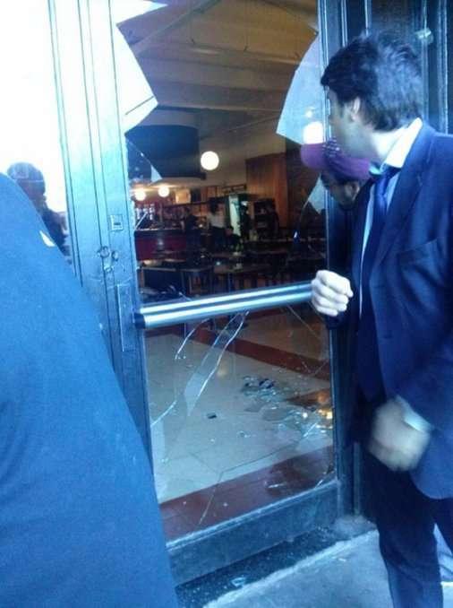 Así quedaron los vidrios de la confitería de River. Foto: Twitter @NahuelRamirez05