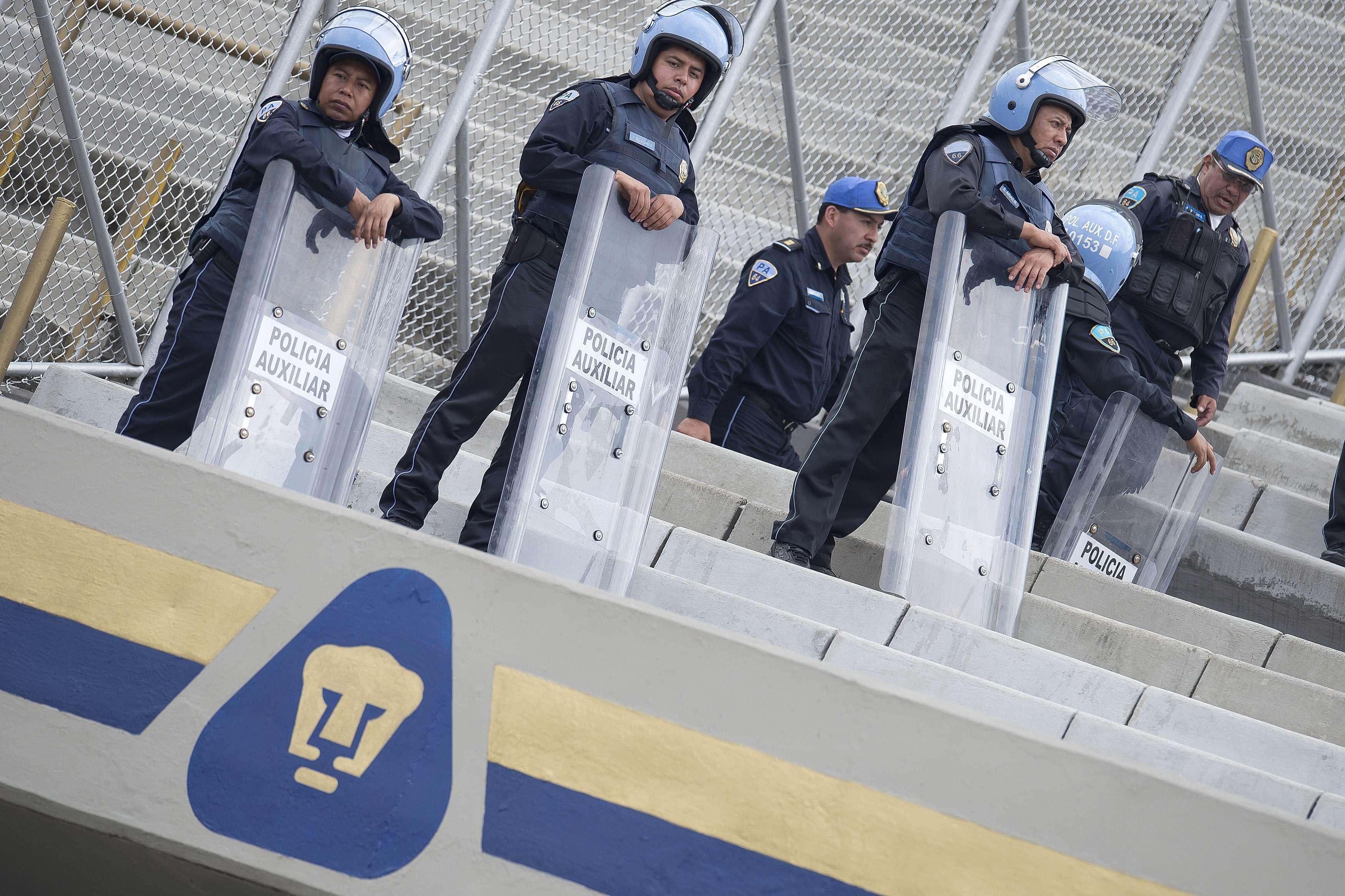 La policía capitalina se prepara para el juego. Foto: Mexsport