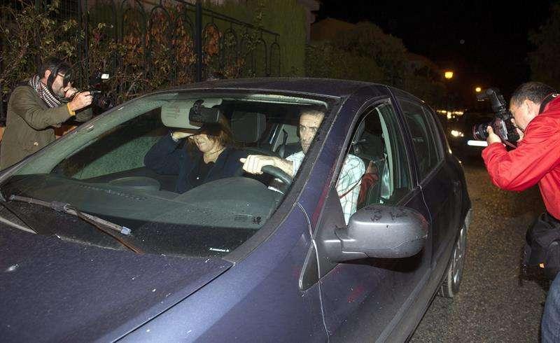 Un coche traslada a uno de los tres sacerdotes y al seglar detenidos. Foto: Miguel Ángel Molina/EFE en español