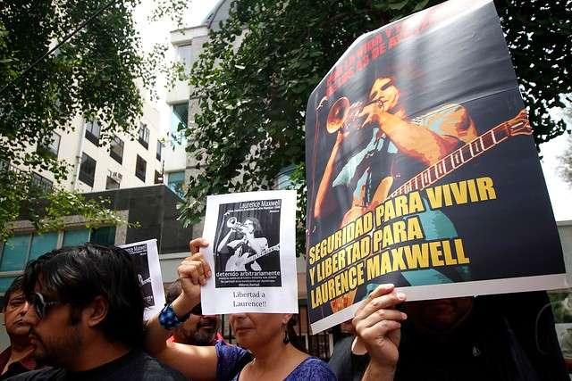 Familiares y amigos de Laurence Maxwell, chileno detenido en México, han realizado protestas en las afueras de la embajada de México. Foto: Agencia UNO