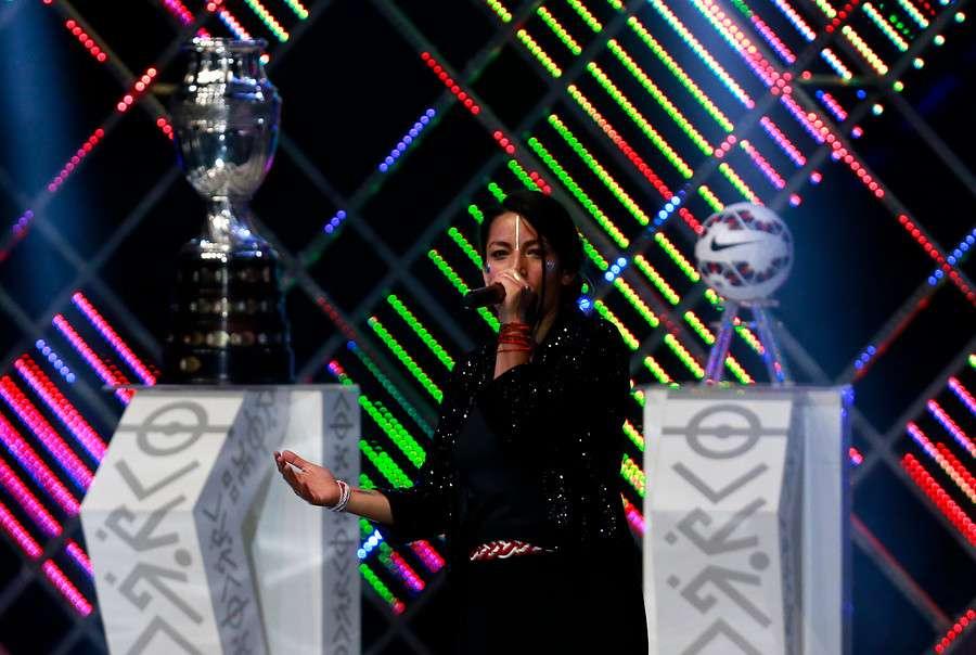 Ana Tijoux cantó en el sorteo de la Copa América. Foto: Agencia UNO