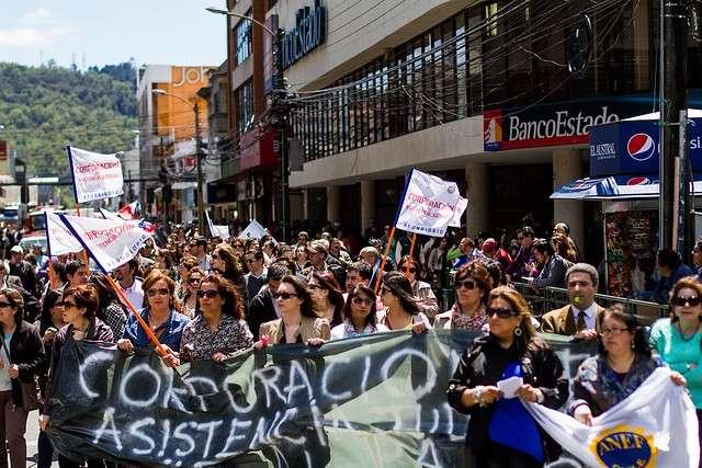 En Concepción, Temuco y también en Santiago se movilizaron los empleados públicos, en contra del acuerdo al que llegó la CUT con el Gobierno, sobre el reajuste del salario mínimo en torno a un 6%, que según la Anef es de un 0,5% real. El Gobierno presentó este proyecto al Congreso con urgencia. Foto: Agencia UNO