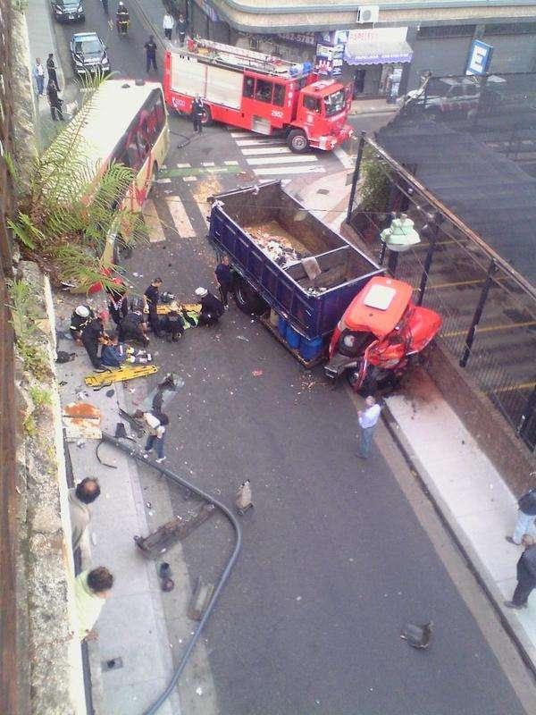 Violento choque de camión y colectivo: hay heridos graves Foto: Twitter