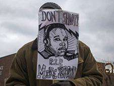Hombre con imagen de Michael Brown Foto: BBC Mundo/Copyright