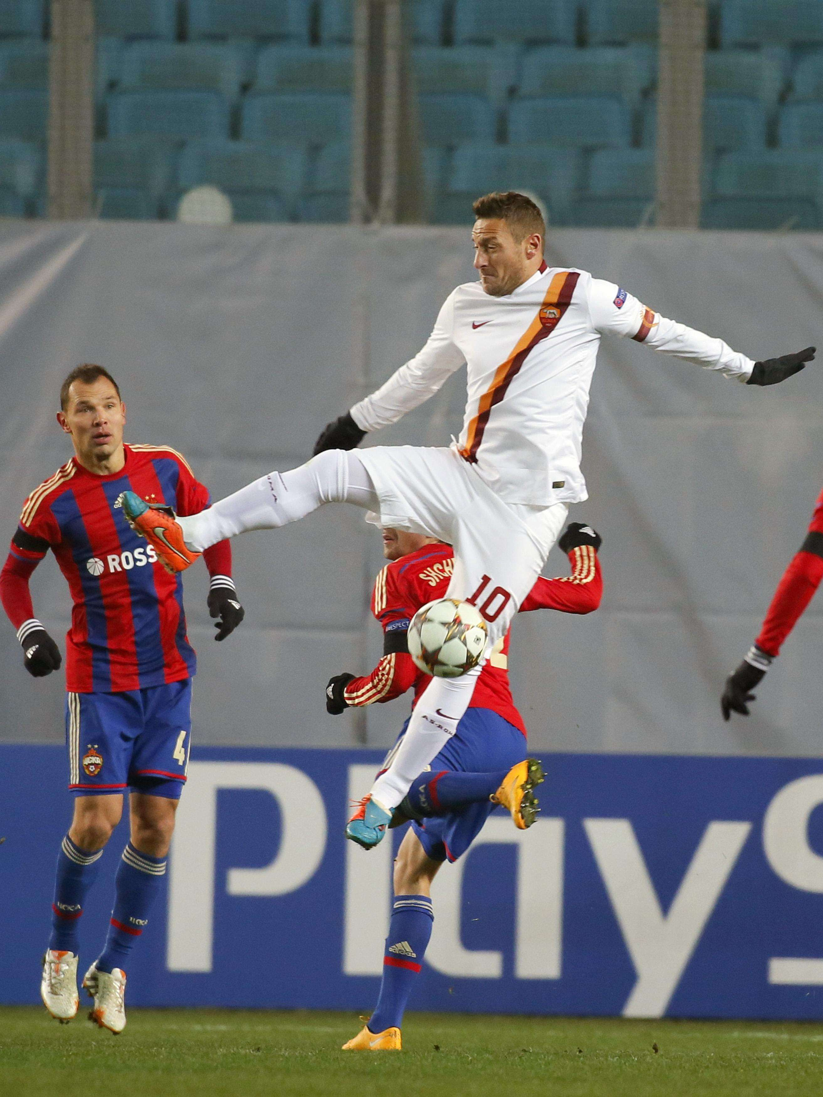 CSKA Moscow's Sergei Ignashevich (L) and Georgi Schennikov fights for the ball with AS Roma's Francesco Totti (10) during their Champions League Group E soccer match at the Arena Khimki stadium outside Moscow November 25, 2014. REUTERS/Maxim Shemetov (RUSSIA - Tags: SPORT SOCCER) Foto: MAXIM SHEMETOV/REUTERS