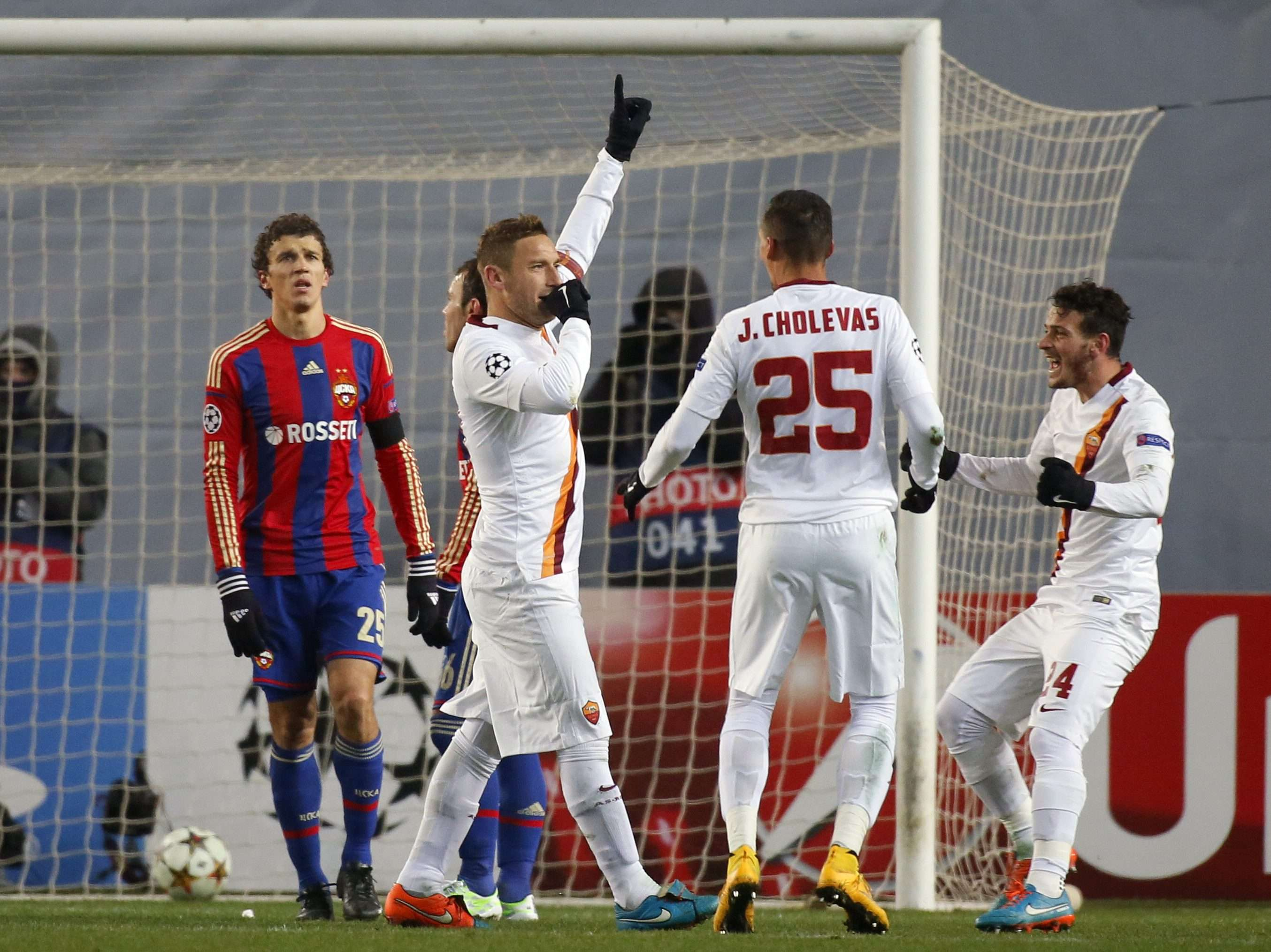AS Roma's Francesco Totti (2nd L) celebrates after scoring a penalty during their Champions League Group E soccer match against CSKA Moscow at the Arena Khimki stadium outside Moscow, November 25, 2014. REUTERS/Maxim Shemetov (RUSSIA - Tags: SPORT SOCCER) Foto: MAXIM SHEMETOV/REUTERS