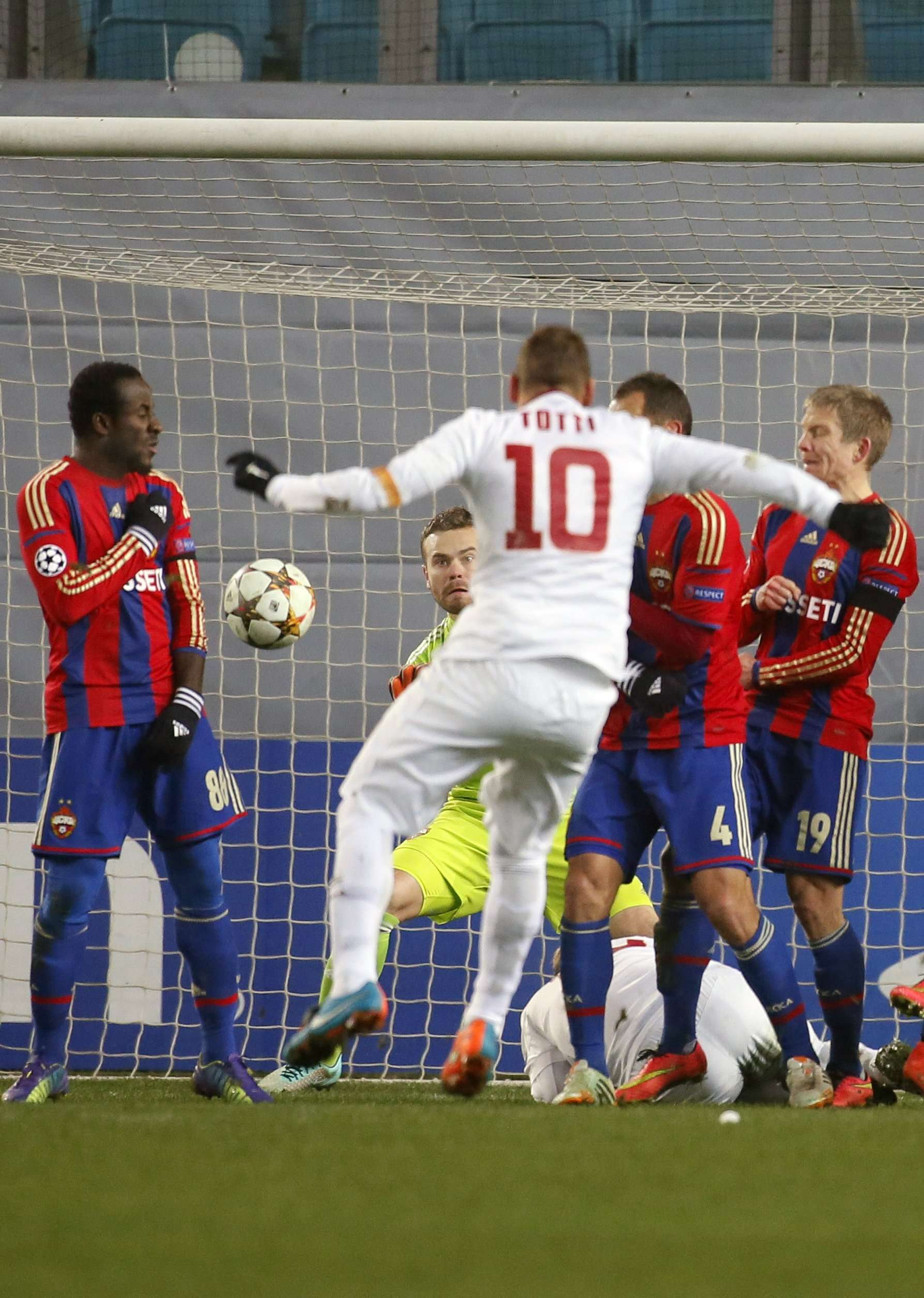 CSKA Moscow's goalkeeper Igor Akinfeev (2nd L) fails to save a penalty from AS Roma's Francesco Totti (C) during their Champions League Group E soccer match at the Arena Khimki stadium outside Moscow, November 25, 2014. REUTERS/Maxim Shemetov (RUSSIA - Tags: SPORT SOCCER) Foto: MAXIM SHEMETOV/REUTERS