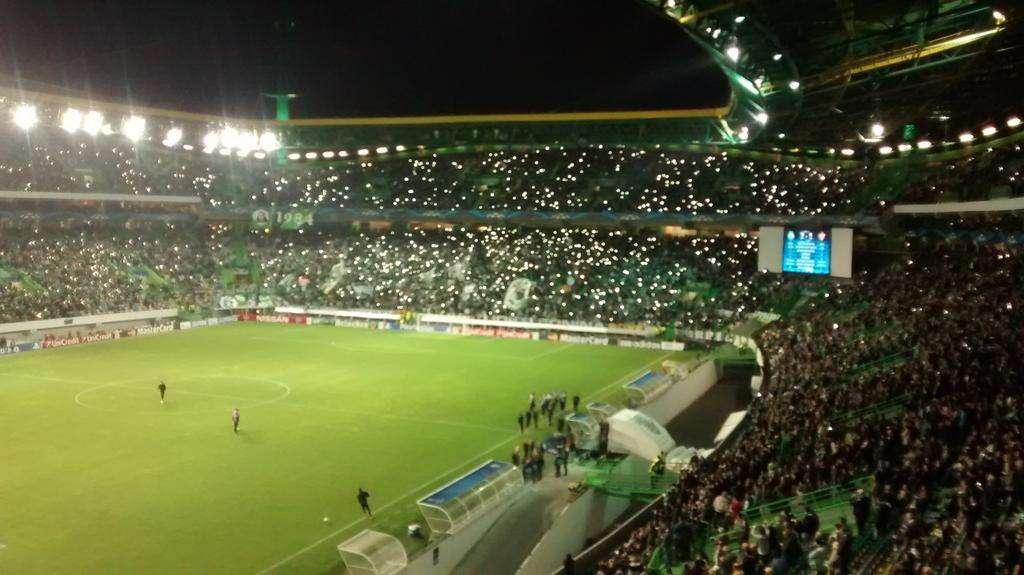 Apagón en el estadio José Alvalde retrasó el inicio del segundo tiempo del Sporting vs. Maribor. Foto: Sporting de Lisboa