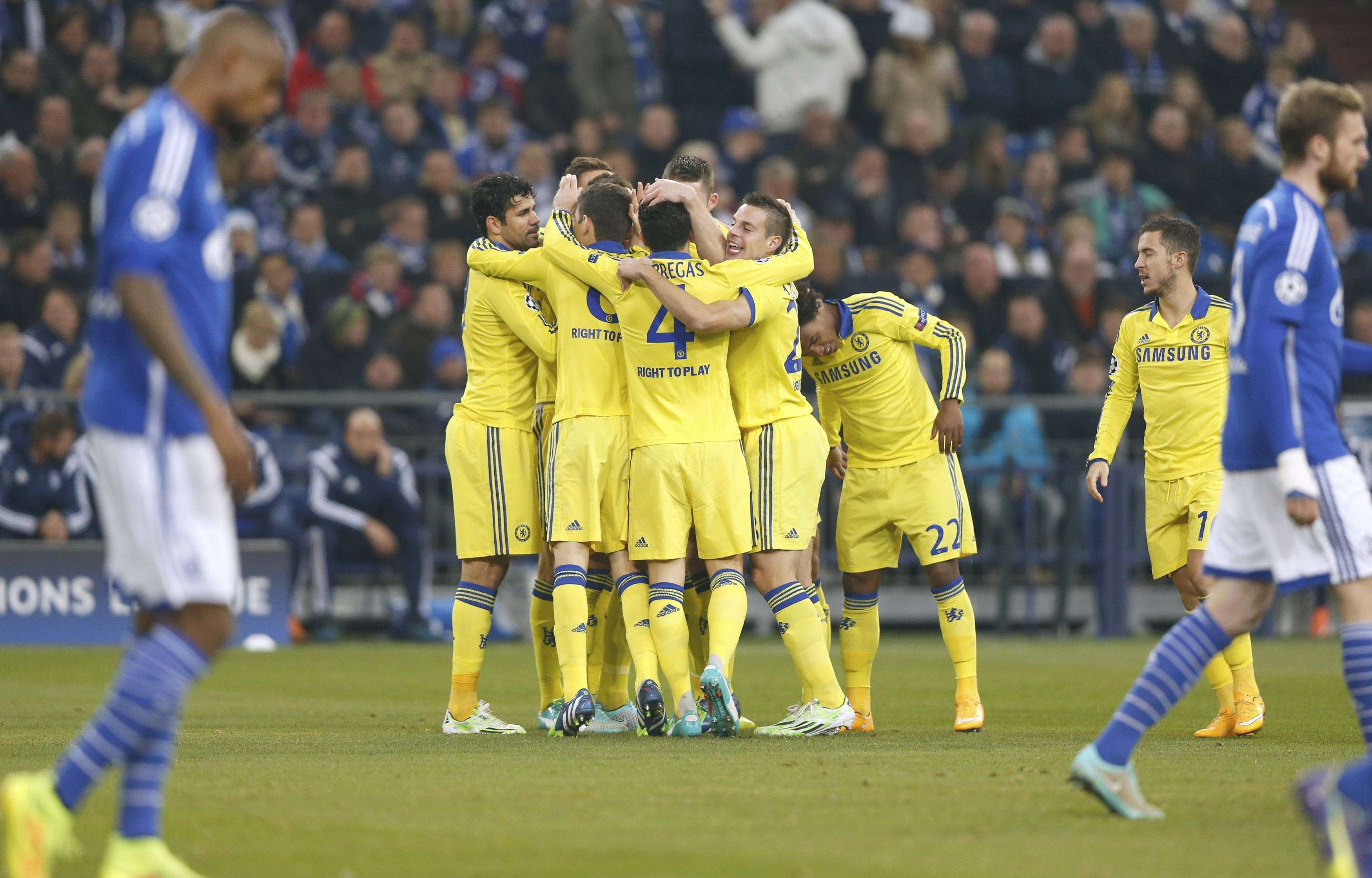 Chelsea players celebrate after John Terry scored a goal against Schalke 04 during their Champions League group G soccer match in Gelsenkirchen November 25, 2014. REUTERS/Wolfgang Rattay (GERMANY - Tags: SPORT SOCCER) Foto: WOLFGANG RATTAY/REUTERS