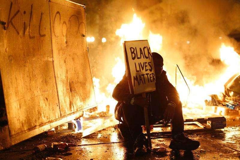 Manifestante participa de protesto contra a decisão da Justiça no caso de Ferguson de não indiciar um policial que matou a tiros um jovem negro, em Oakland, na Califórnia, Estados Unidos, nesta segunda-feira. 25/11/2014 Foto: Stephen Lam/Reuters