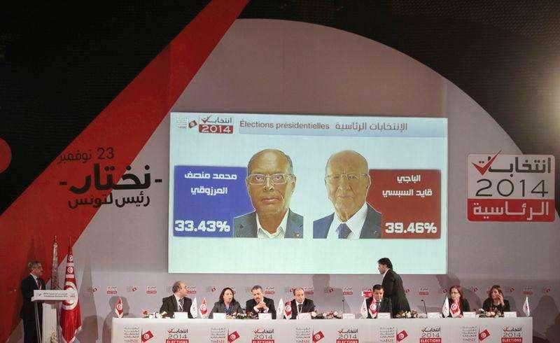 Chefe de comissão eleitoral, Chafik Sarsar (E), concede entrevista em Túnis nesta terça-feira. Foto: Zoubeir Souissi/Reuters