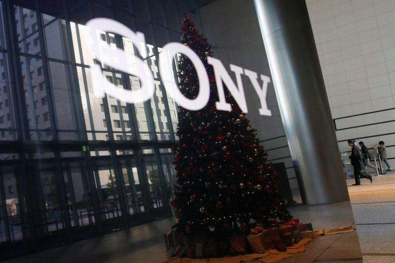 The logo of Sony Corp and a Christmas tree are reflected on the company's 4K television set at the company's headquarters in Tokyo November 18, 2014. Foto: Toru Hanai/Reuters