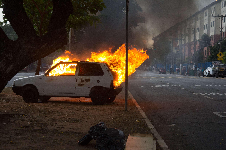 Um veículo foi queimado na Avenida Zaki Narchi, próximo a sede do DEIC, zona norte de São Paulo, nesta terça-feira Foto: Leonardo Benassatto/Futura Press