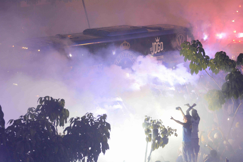 Ônibus do Cruzeiro chegou com festa e sinalizadores da torcida do time celeste Foto: Yuri Edmundo/Gazeta Press