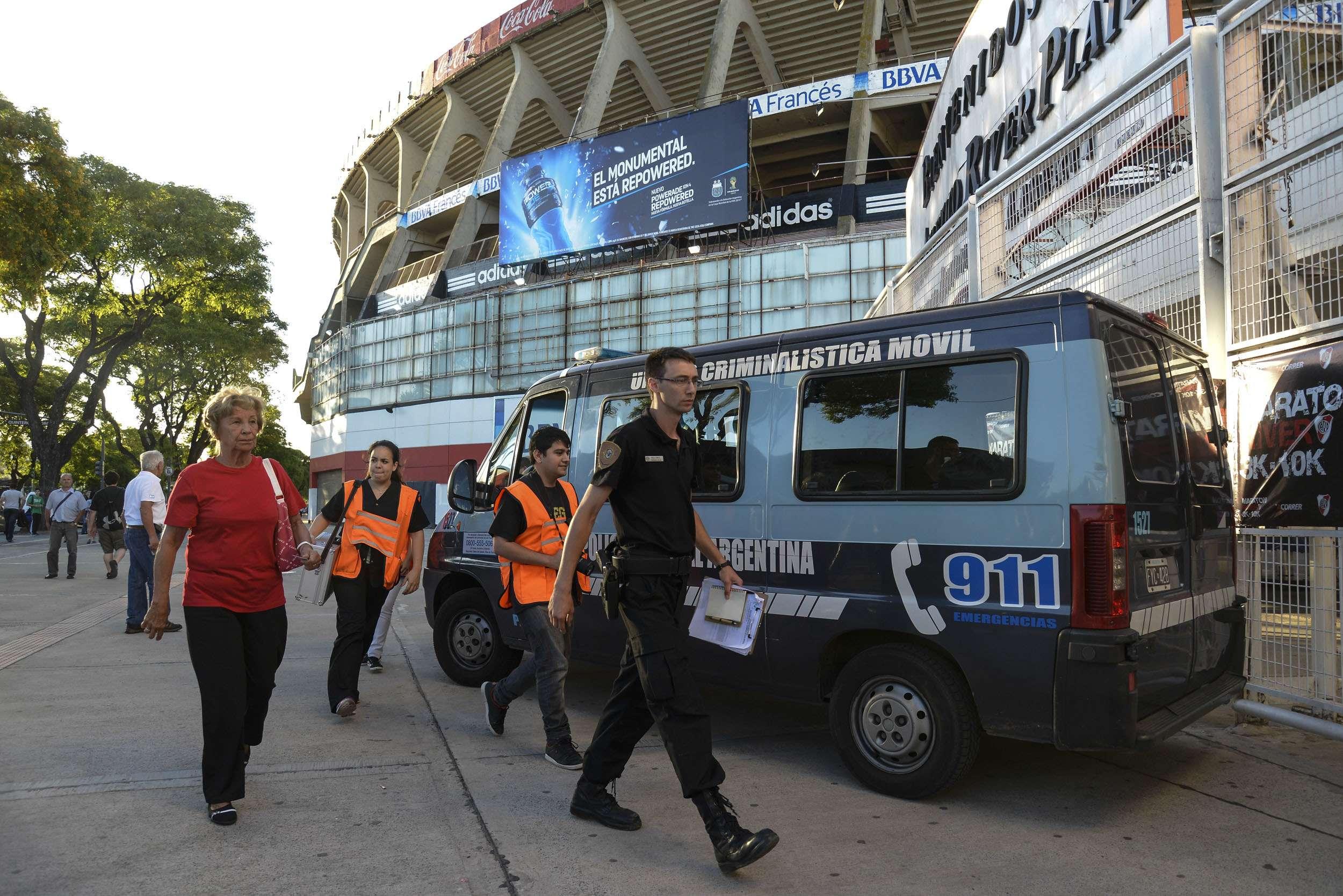 La Policía Científica llega al Monumental tras los serios incidentes entre los barras. Foto: Terra Argentina