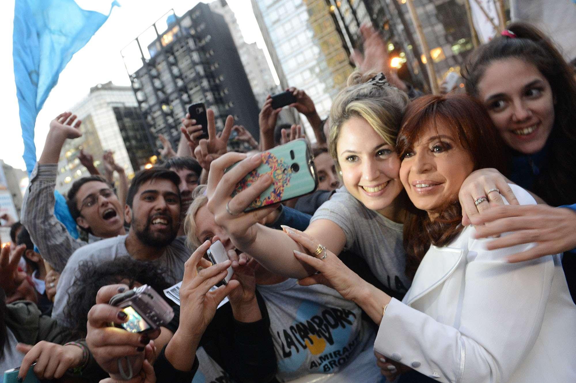La presidenta Cristina Fernández de Kirchner saluda a la gente que la espera en la puerta del Hotel Sheraton, tras cerrar la 62 convención anual de la Cámara Argentina de la Construcción. Foto: Noticias Argentinas