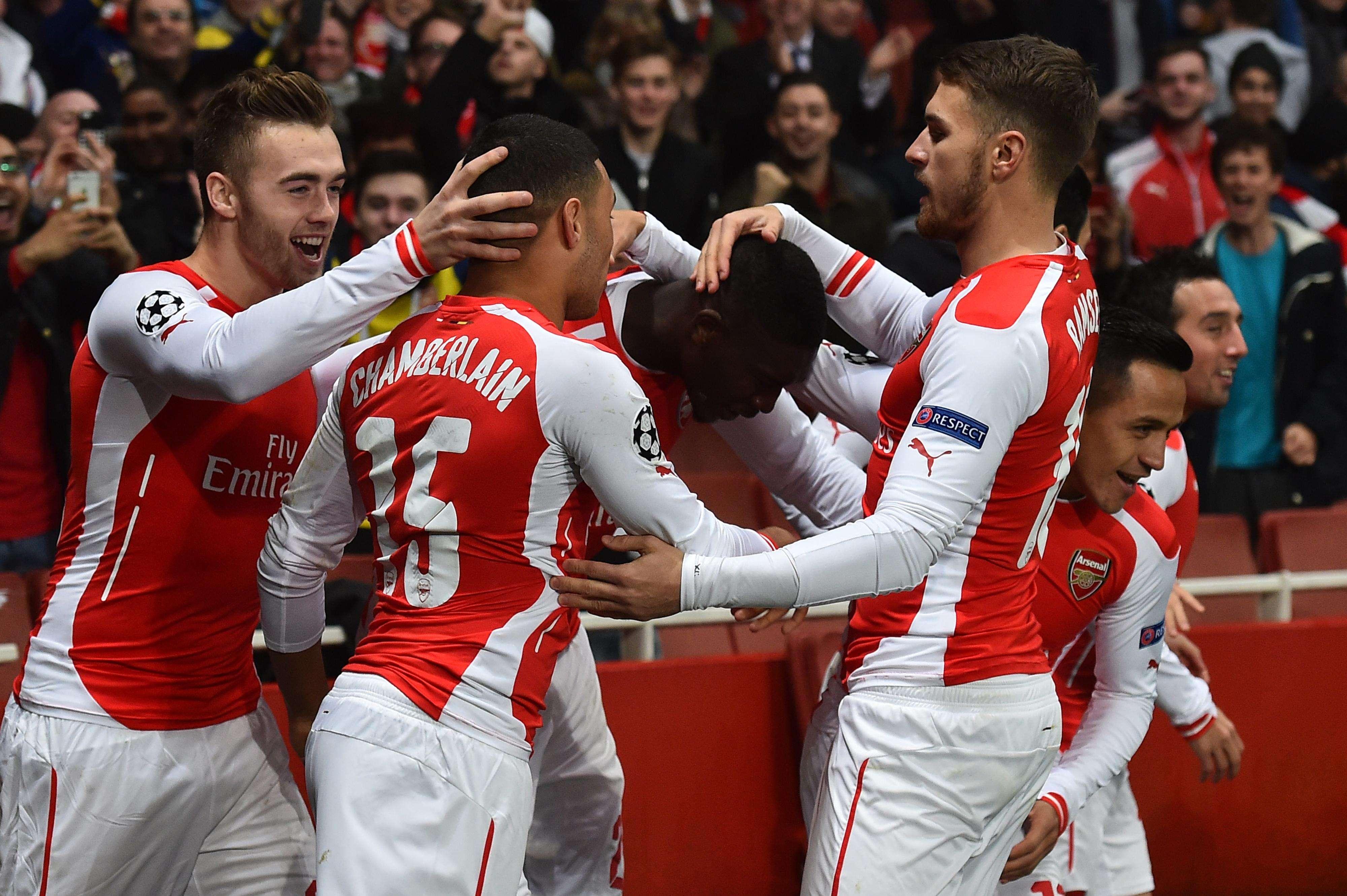 Jogadores do Arsenal comemoram o primeiro gol na vitória sobre o Borussia Dortmund Foto: Ben Stansall/AFP