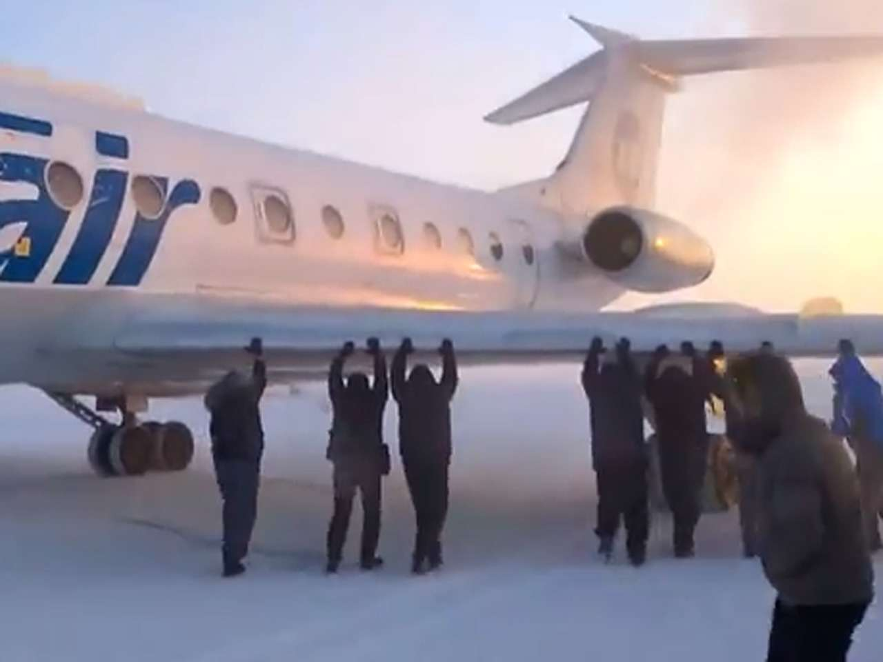 Ante la desesperación por llegar a sus casas, los pasajeros bajaron y empujaron el avión Foto: YouTube