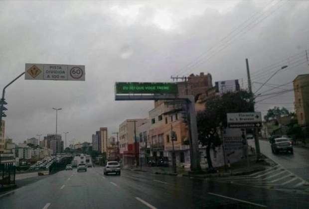 Frase no painel faz parte de uma paródia de música argentina Foto: Facebook/Reprodução