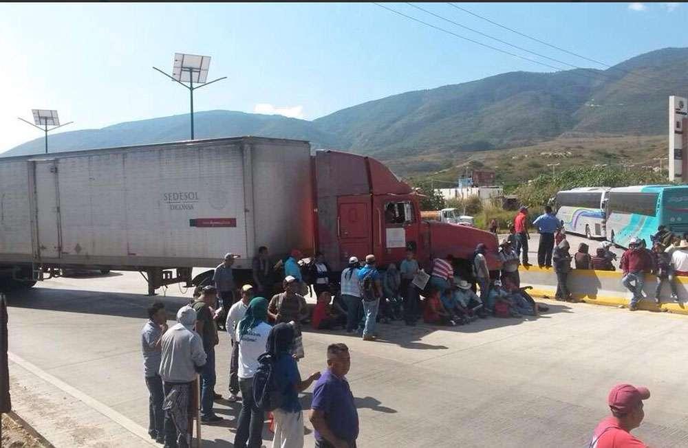Maestros bloquean Autopista del Sol, hasta el momento no hay ningún operativo para reabrir la vialidad. Foto: Quadratín México