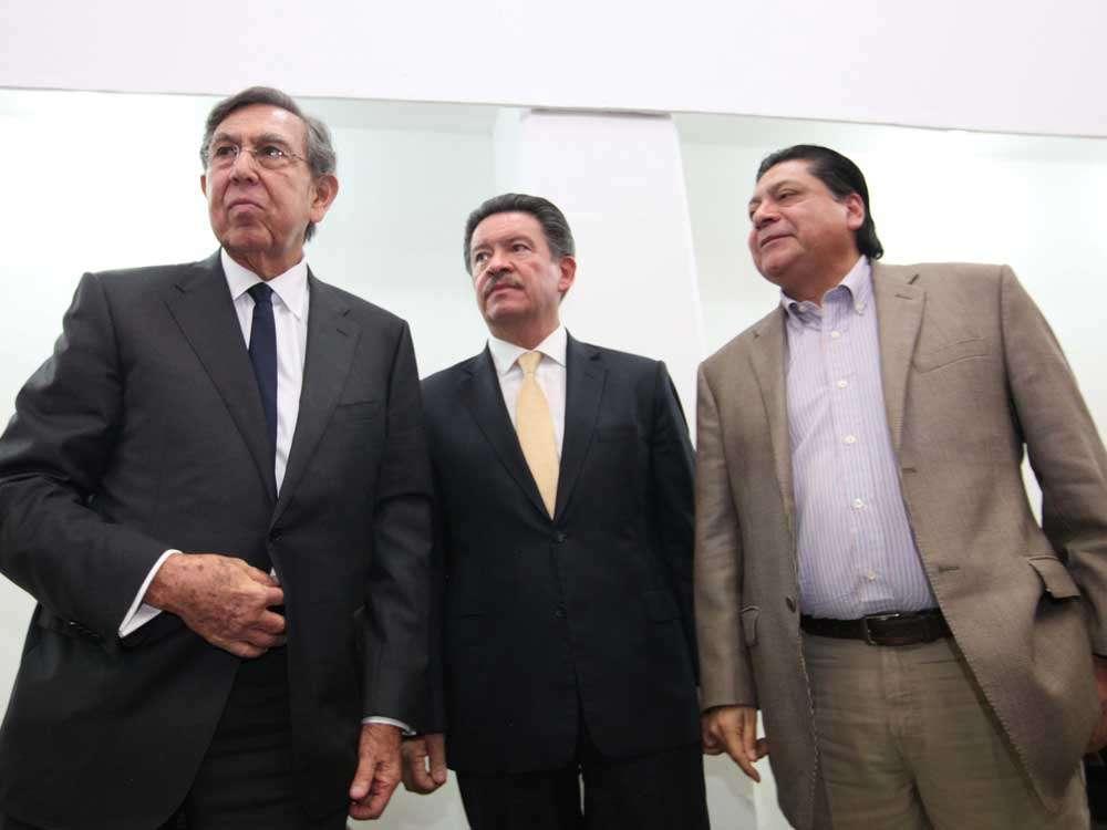 3. Héctor Bautista (derecha), secretario general del PRD, también estuvo presente durante el encuentro realizado en la sede original del partido en la ciudad de México. Durante el diálogo el ingeniero Cárdenas reiteró sus preocupaciones sobre la dirección partidaria. (Foto: Terra). Foto: Terra