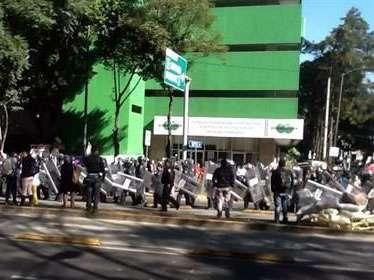 Granaderos acudieron a las instalaciones de Condusef para replegar a los manifestantes, quienes reclaman la devolución de sus ahorros depositados en Ficrea. Foto: Reforma/Jessika Becerra