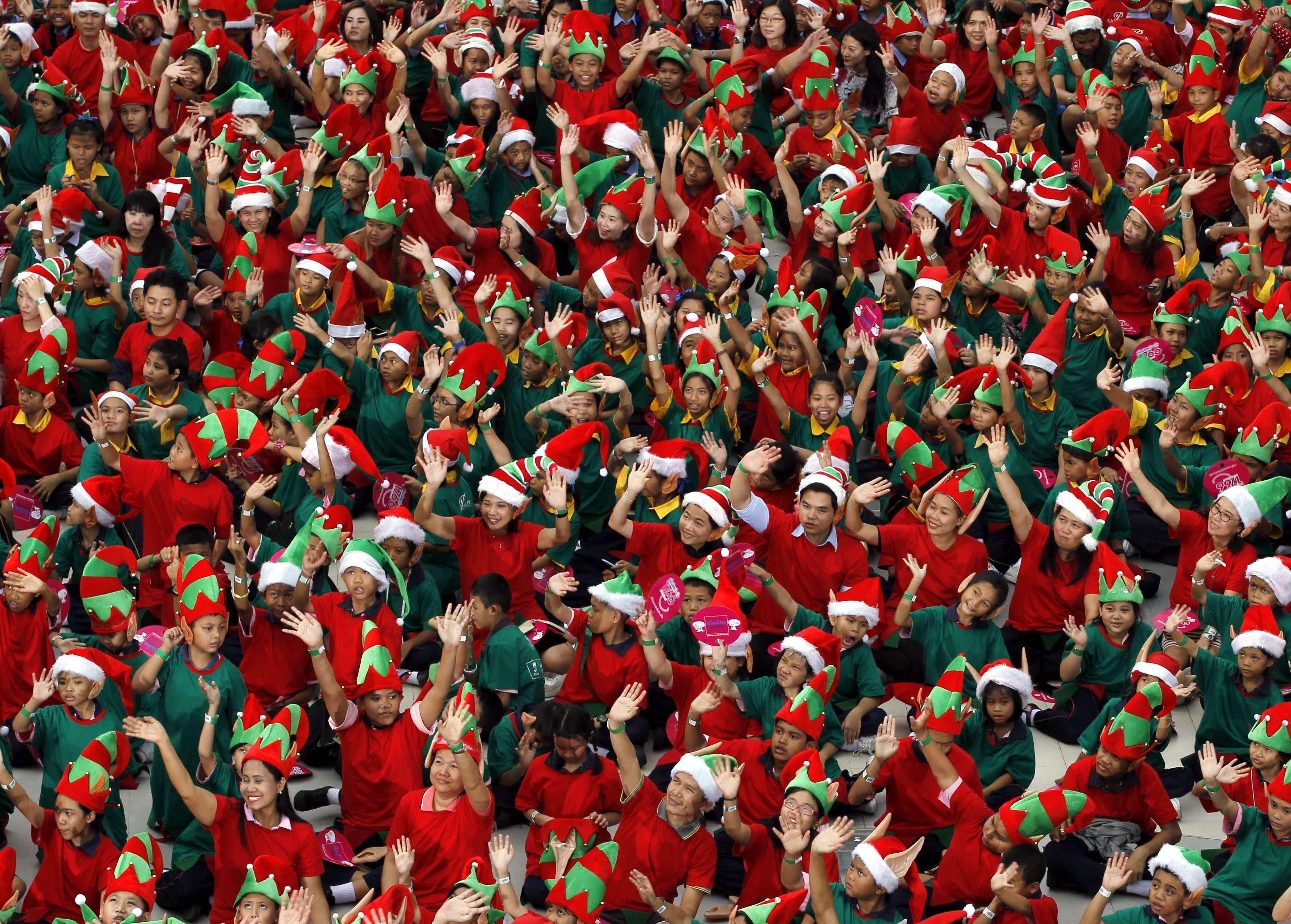 Un total de 1,762 niños vestidos de elfos de Papá Noel permanecen sentados durante una foto de grupo tras batir el récord Guinness en Bangkok Foto: RUNGROJ YONGRIT/EFE