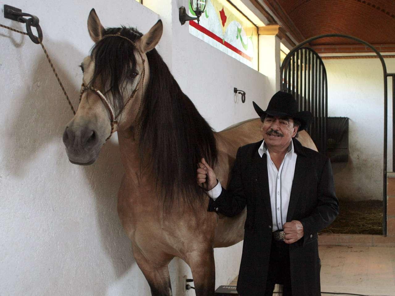 En repetidas ocasiones se ha rumorado que Joan Sebastian mantiene nexos con el narco. Foto: Medios y Media