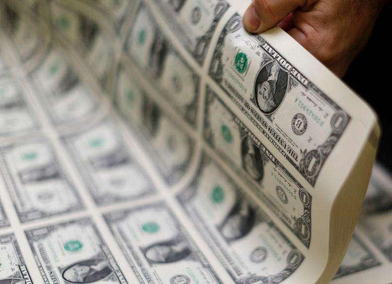 Primer plano del dibujo del primer presidente de Estados Unidos, George Washington, en un billete de un dólar, oct 15 2014. El dólar caía el miércoles contra una canasta de monedas tras una serie de datos decepcionantes de consumidores, vivienda y manufactura de Estados Unidos que generaron temores a que la mayor economía mundial esté perdiendo vigor en el último trimestre del 2014. Foto: Chris Helgren/Reuters