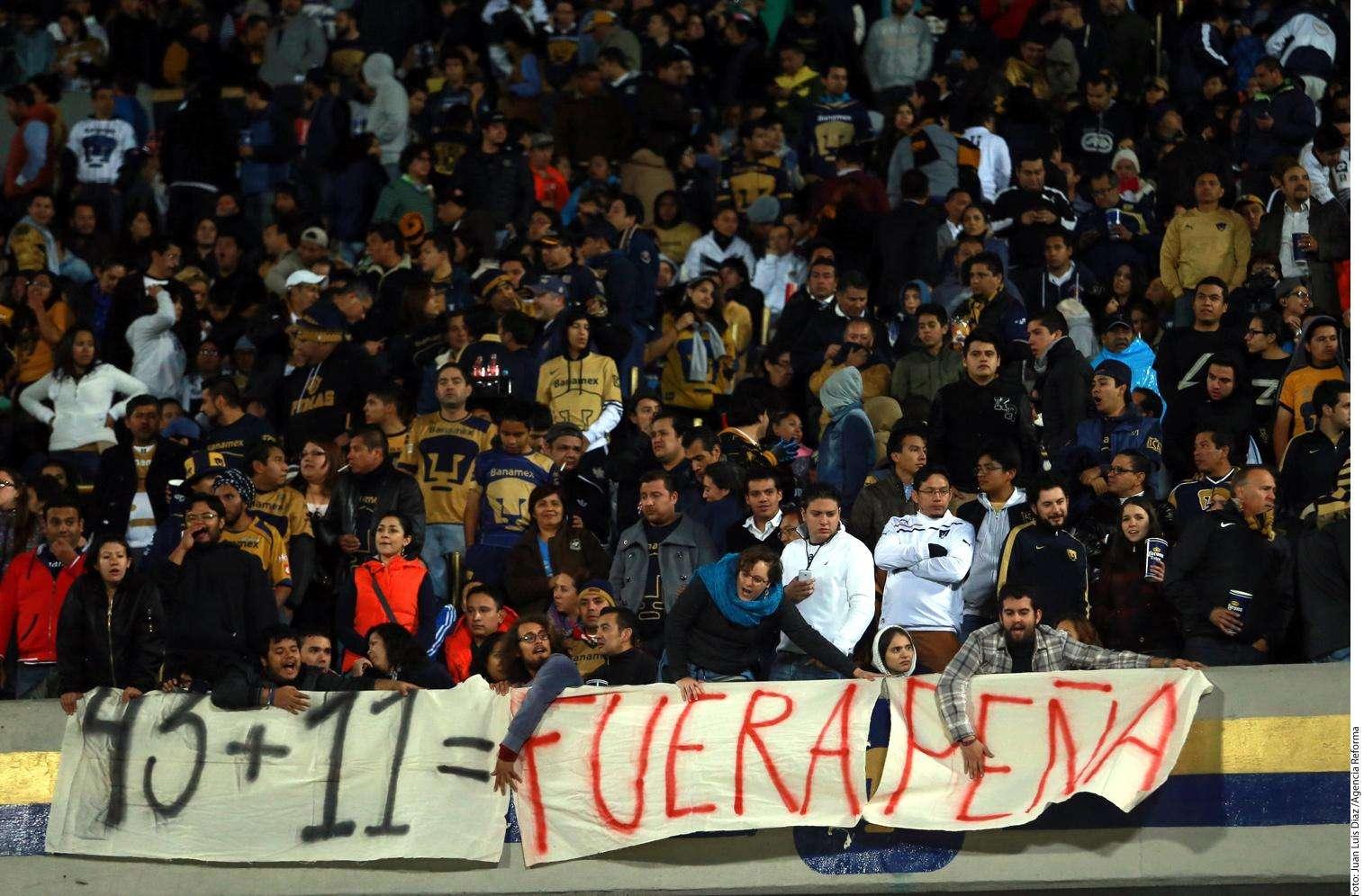 Mantas por normalistas de Ayotzinapa Foto: Agencia Reforma