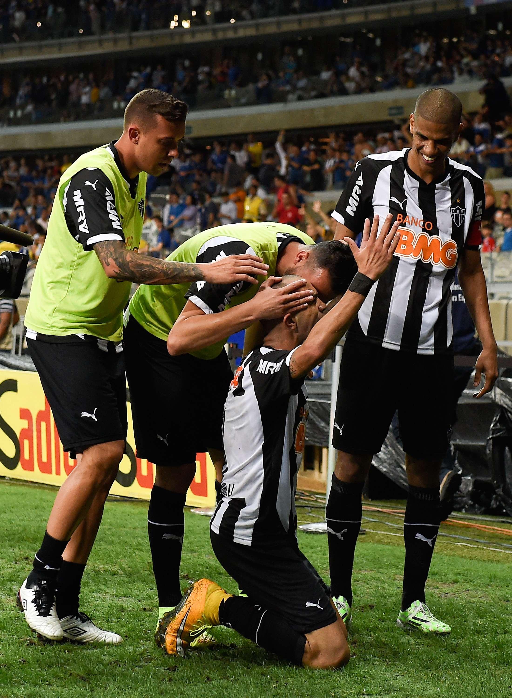 Tardelli se ajoelha para comemorar gol de abertura do placar Foto: Buda Mendes/Getty Images