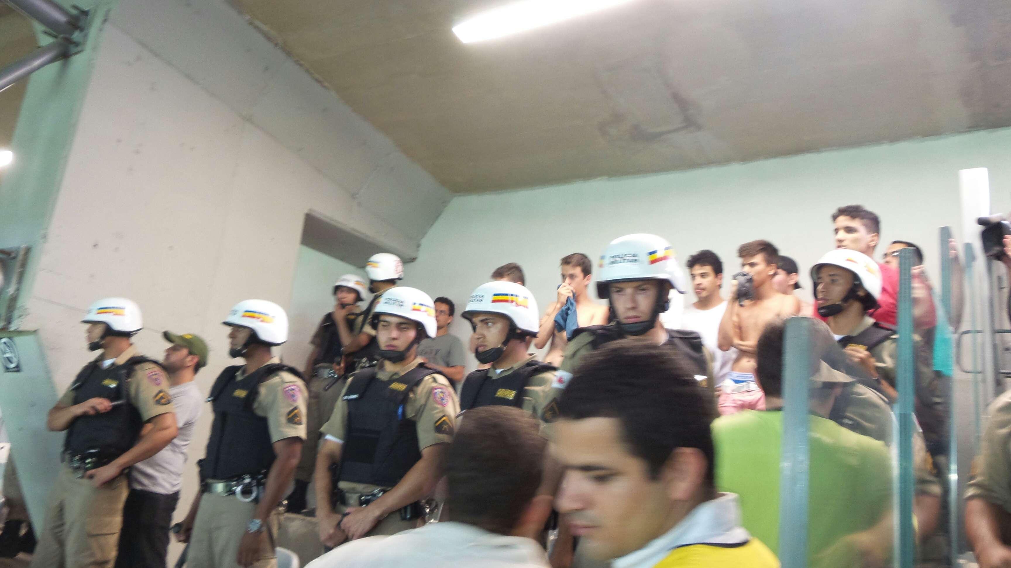 Confusão entre torcedores no Mineirão precisou ser amenizada pelo policiamento Foto: André Reis/Terra