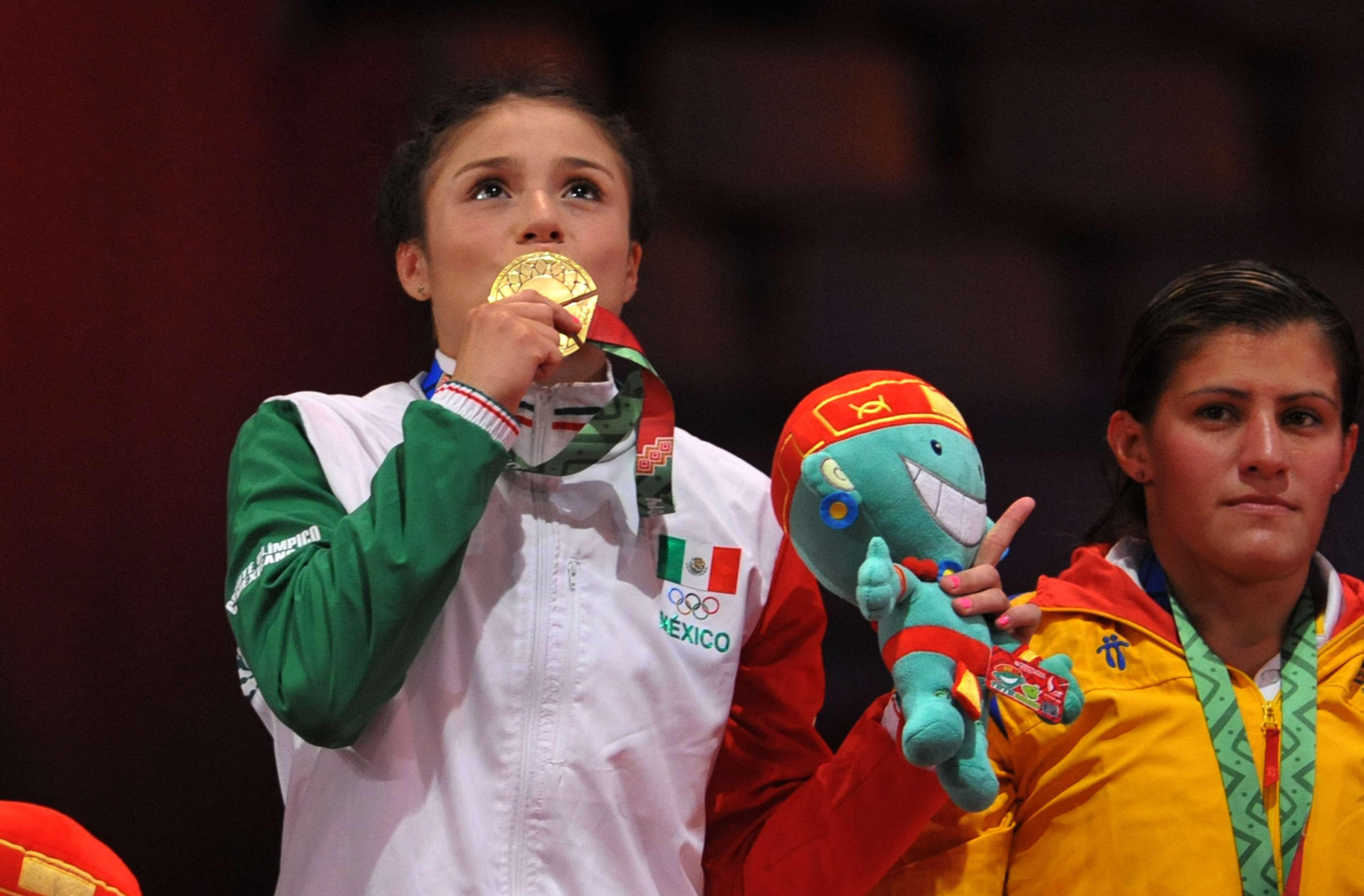 Ale Romero besa emotivamente su medalla Foto: Mexsport