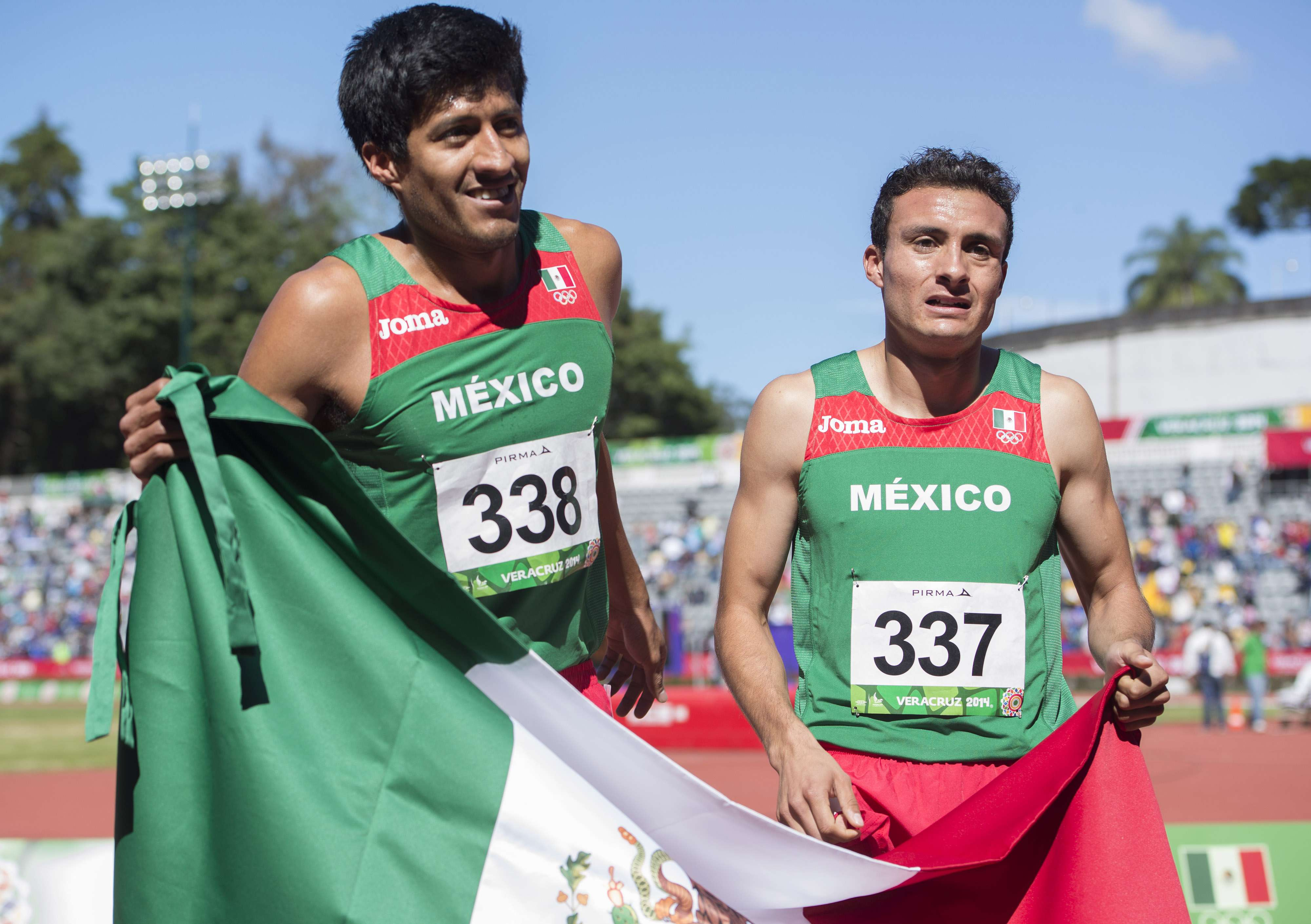 Solares y Sandoval festejan con la bandera de México. Foto: Mexsport