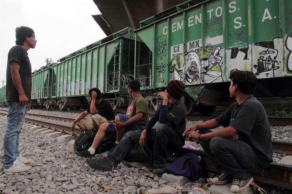 Ádemás de donar comida y ropa, activistas curaban heridas, asistían a las mujeres embarazadas y acompañaban a los enfermos a hospitales. Foto: Reforma