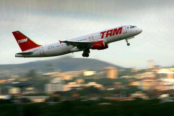 Algunos directivos de la aerolínea se embarcaron en el vuelo JJ4732, con destino Brasilia, para transmitir tranquilidad. Foto: JEFFERSON BERNARDES/AFP/Archivo
