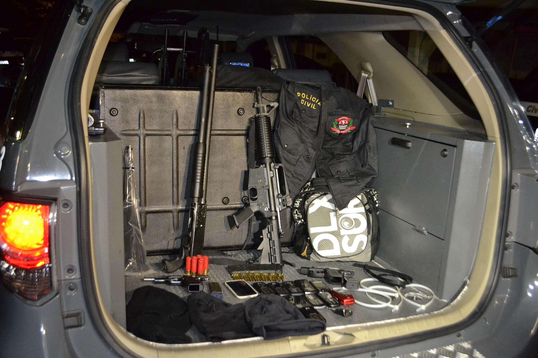 Polícia apreendeu armas de grosso calibre e até um colete da Polícia Civil Foto: Edu Silva/Futura Press