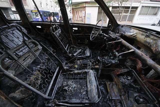 Un jeep se incendió por causas que se investigan en la esquina de Carmen con Marcoleta en el centro de la capital, bomberos concurrio al lugar para sofocar las llamas Foto: Agencia UNO